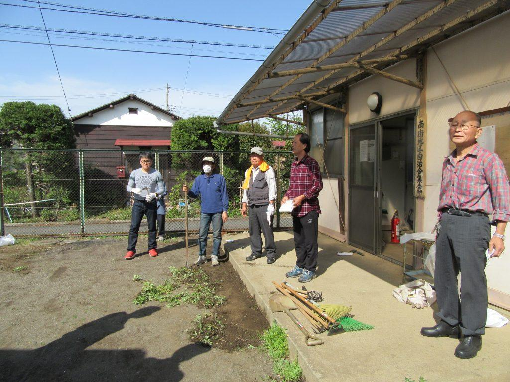 南街地区自治会集会所の清掃(草取り)の実施