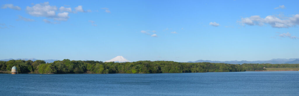 多摩湖から眺める富士山
